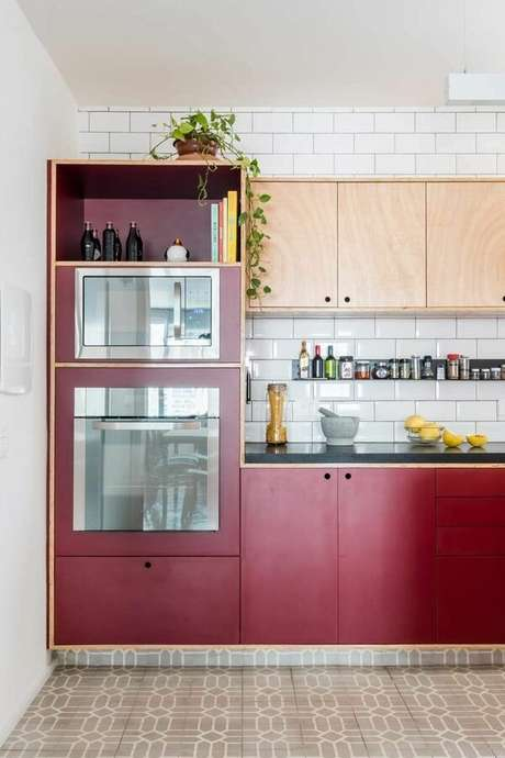 37. Os eletrodomésticos para cozinha podem ganhar mais destaque com a adição de alguns detalhes. Projeto por: INÁ Arquitetura