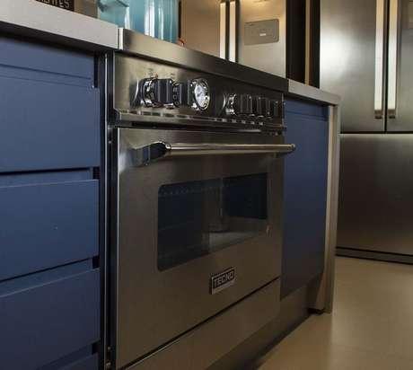 38. O fogão embutido é um dos eletrodomésticos para cozinha mais interessantes para quem quer otimizar espaço. Projeto por: Revista Viva Decora