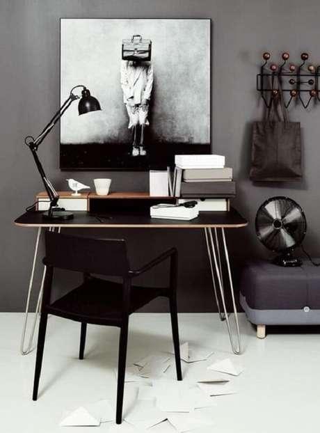 23. Escritório cativante com cadeira e escrivaninha preta. Fonte: Pinterest
