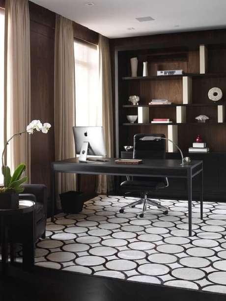 24. Escritório com escrivaninha preta, prateleiras com nichos e cortinas neutras. Fonte: Pinterest