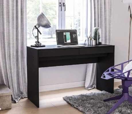 2. Escrivaninha preta com 2 gavetas em formato retangular. Fonte: Pinterest