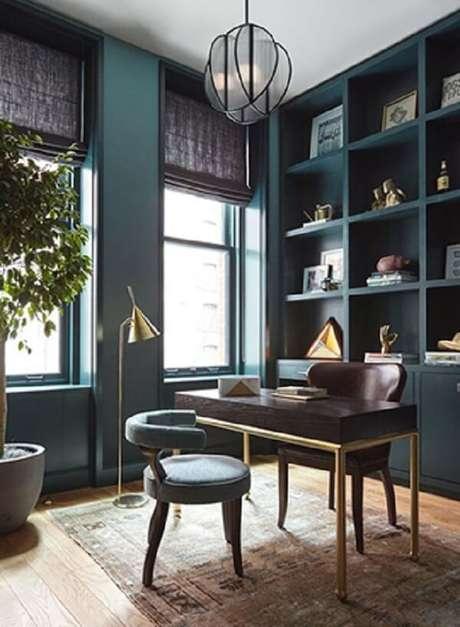 44.Mesa preta com design minimalista e pernas douradas. Fonte: Pinterest
