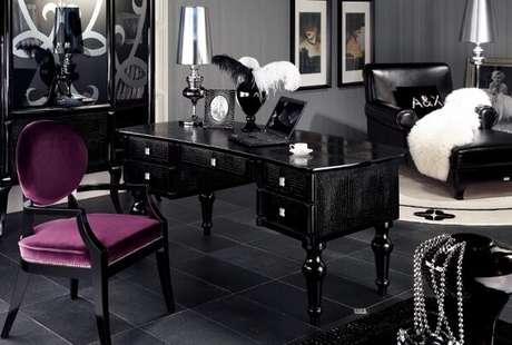 28. Escrivaninha preta com design sofisticado. Fonte: Harry Sandler