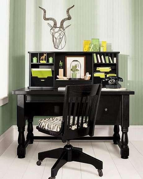 29. Escrivaninha preta com gavetas e nichos com design vintage. Fonte: Pinterest