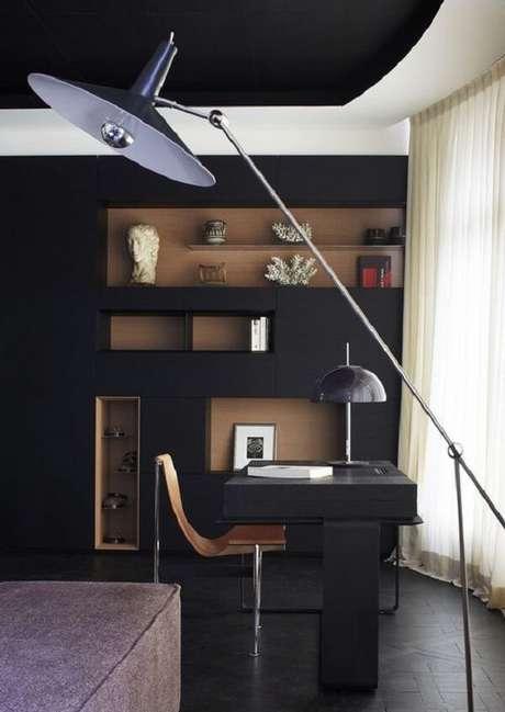 30. Escrivaninha preta com luminária de chão elegante. Fonte: Pinterest