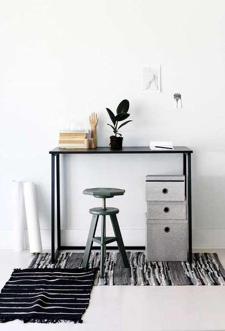 6. Escrivaninha preta compacta e alta com detalhe especial para o gaveteiro alternativo. Fonte: Pinterest