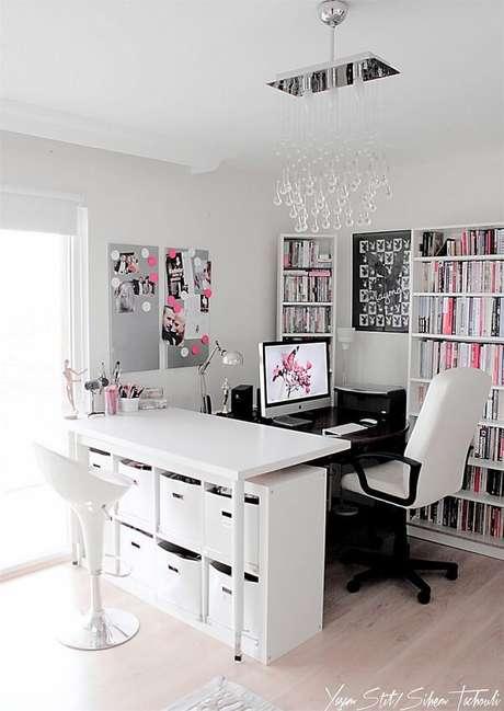 12. Escrivaninha preta complementa de forma especial a decoração de quarto. Fonte: Pinterest