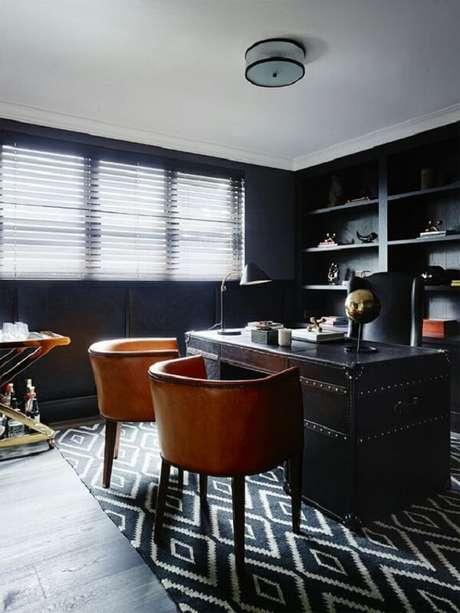 31. Escrivaninha preta de metal com cadeiras de couro âmbar. Fonte: Pinterest
