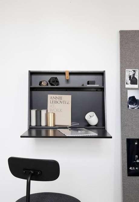 13. Escrivaninha preta dobrável de parede maximiza o espaço do ambiente. Fonte: Pinterest