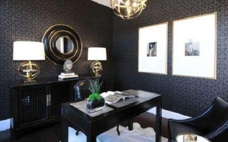 33. Escrivaninha preta e o espelho redondo com detalhes em dourado complementam a decoração do ambiente. Fonte: Pinterest