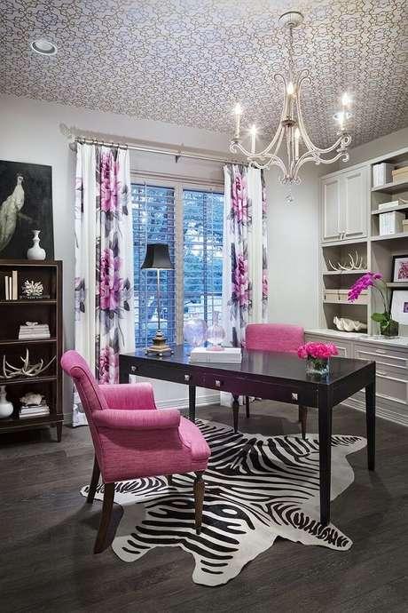51.Mesa preta e poltronas na cor rosa encantam a decoração desse ambiente. Fonte: Pinterest