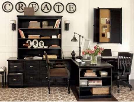 34. Escrivaninha preta em formato L com nichos embutidos maximiza a decoração do ambiente. Fonte: Pinterest