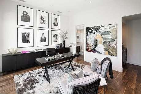 1. Escrivaninha preta encanta decoração desse ambiente. Fonte: Decoist