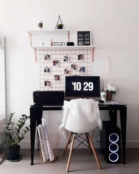 35. Escrivaninha preta pequena serve de apoio para computador. Fonte: Pinterest