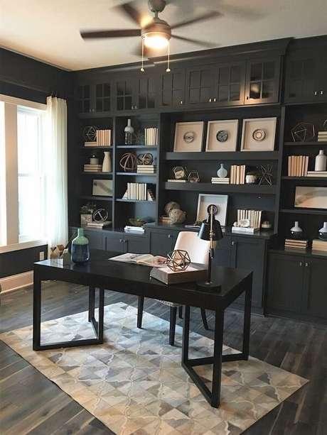 36. Escrivaninha preta posicionada dentro do home office. Fonte: ArchZine