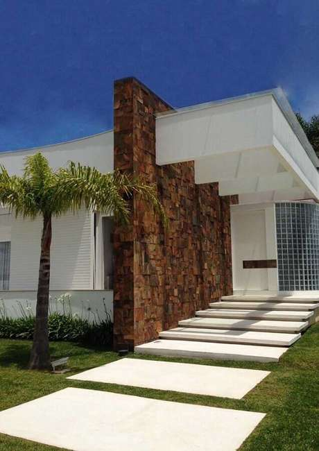 4. O revestimento pedra ferro fachada garantiu um toque mais moderno à arquitetura – Foto Pinosy