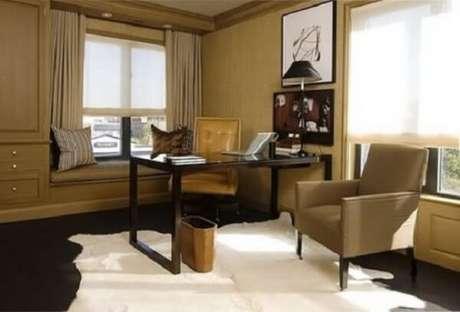 38. Home office com decoração bege e dark commesa preta e obras de arte. Fonte: Pinterest