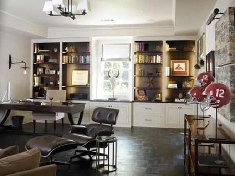 40. Home office com mesa preta e estantes embutidas com luzes. Fonte: Pinterest