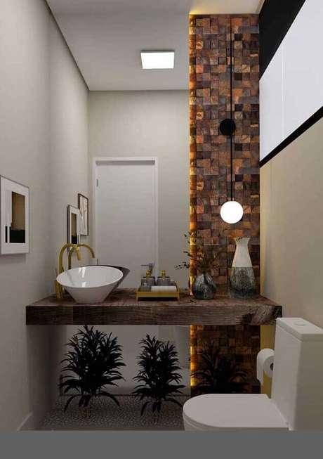 35. Lavado decorado com bancada de madeira e revestimento pedra ferro – Foto: Pinterest
