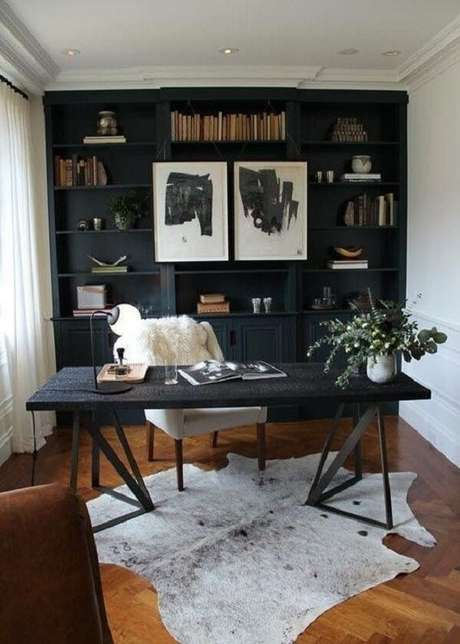 41. Paredes brancas,escrivaninhapreta e cadeira de couro marrom. Fonte: Pinterest