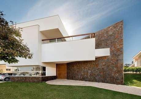 39. As curvas da fachada com pedra ferro deixou a arquitetura ainda mais interessante – Foto: Castelatto