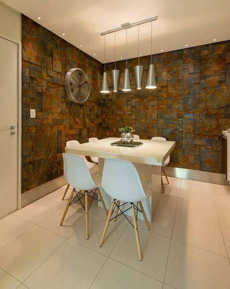 43. Revestimento pedra ferro para sala de jantar com mesa quadrada pequena – Foto: Homify
