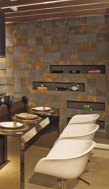45. Sala de jantar pequena com revestimento pedra ferro – Foto: Espaço A – Revestimentos