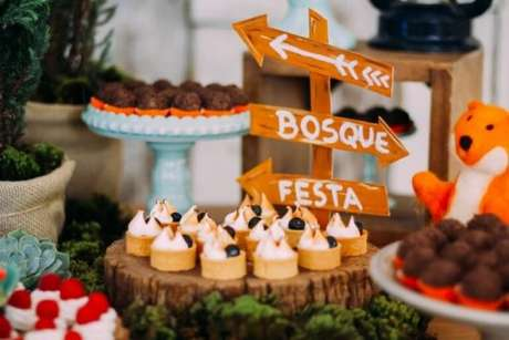 7. Decoração com temas de festa infantil acampamento na floresta – Foto: Clau Clemende Fotografia