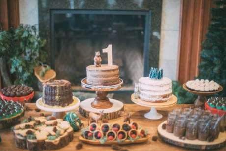 6. Temas de festa infantil estilo acampamento na floresta com bolo de tronco – Por: Vai comer o quê?