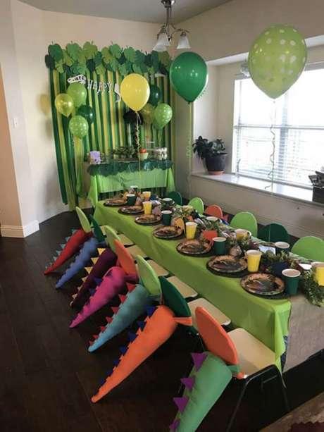 9. Temas de Festa Infantil com mesa para as crianças comerem no tema Dinossauro – Por: Pinterest