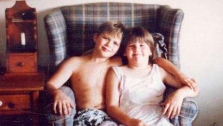 Sean Smith matou sua irmã pequena com um disparo acidental quando tinha dez anos. Três décadas depois, ele fala à BBC sobre o impacto do acidente em sua vida e na de sua família.
