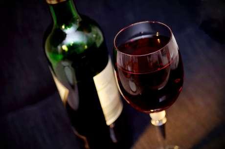 Além disso, o álcool por si só já auxilia na diminuição de até 30% da quantidade de saliva produzida. Atrapalhando na limpeza natural da boca e podendo causar até sensibilidade nos dentes.