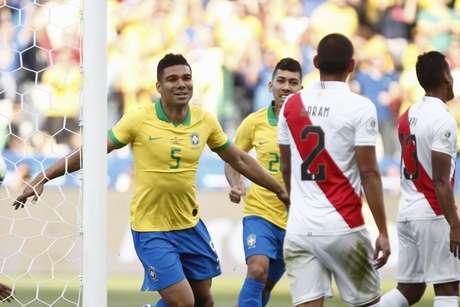 Casemiro marcou um dos gols da Seleção contra o Peru (Foto: MIGUEL SCHINCARIOL / AFP)