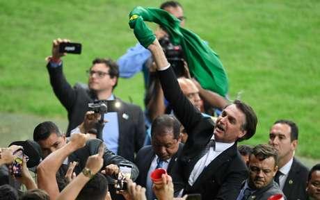 Bolsonaro, no gramado do Mineirão, durante o intervalo de Brasil x Argentina (Foto: Mauro Pimentel / AFP)