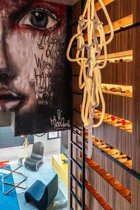 11. Adega de madeira para parede na sala – Por: Leandro Braga