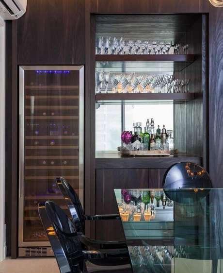 12. Adega de madeira com área climatizada para preservar as bebidas – Por: AR Arquitetura