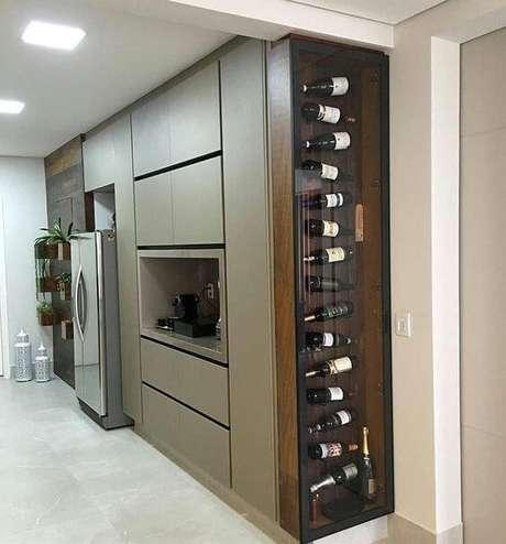 3. Adega de madeira com porta de vidro para cozinha – Por: Revista Viva Decora