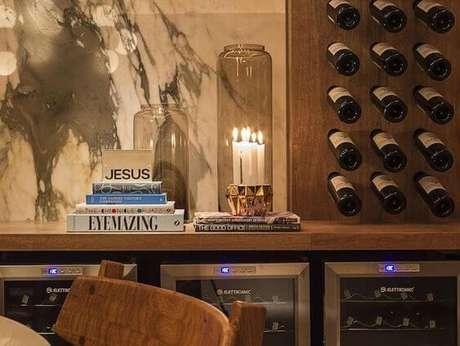 13. Adega de madeira com vinhos rústica – Por: Pinterest