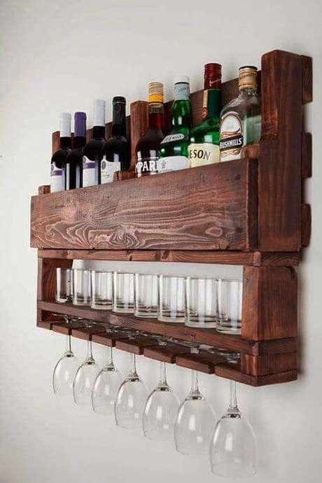 6. Adega de madeira de parede com suporte para taças – Por: Pinterest