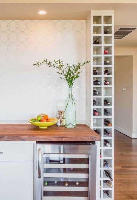 15. Adega de madeira de vinho na cozinha – Por: Viva Decora