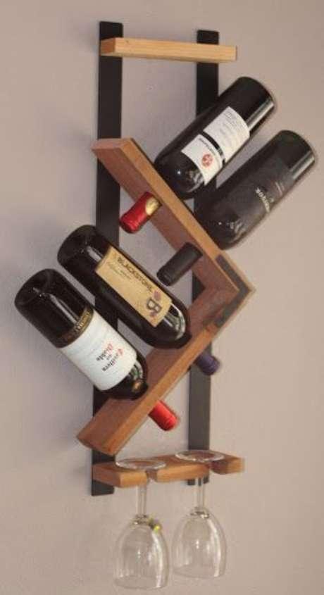 20. Adega de madeira suspensa para ambientes pequenos – Por: Pinterest