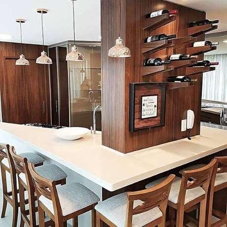 5. Adega de madeira para parede na cozinha – Por: Revista VD