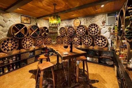 27. Adega de madeira diferenciada para amantes de vinhos! – Por: Pinterest