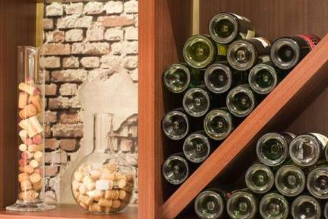 30. Adega de madeira com rolhas de vinho na decoração – Por: Marília Veiga