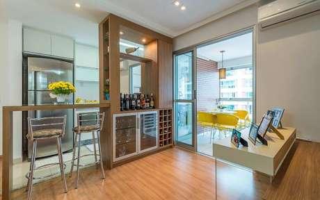2. Adega de madeira na cozinha integrada com a sala de jantar – Por: Revista Viva Decora