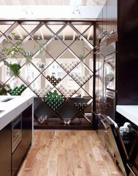 32. Adega de madeira na cozinha em formato geométrico – Por: Revista Viva Decora