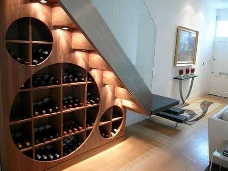 4. Adega de madeira embaixo da escada para vinhos – Por: Revista Viva Decora