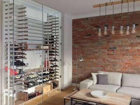 44. Adega de madeira rústica para vinhos na sala de estar com porta de vidro – Por: Viva Decora