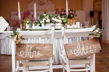 57. Estilo rústico para as plaquinhas de casamento posicionadas na cadeira dos noivos. Fonte: Blog Meu Casamento