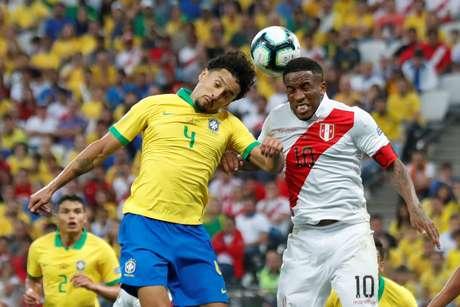 Marquinhos e Farfan disputam bola aérea na goleada da Seleção Brasileira sobre o Peru pela Copa América